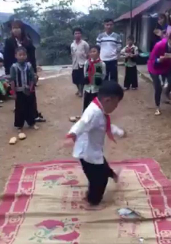 Các vũ công nhí thể hiện những động tác vũ đạo điêu luyện (Ảnh cắt từ clip)