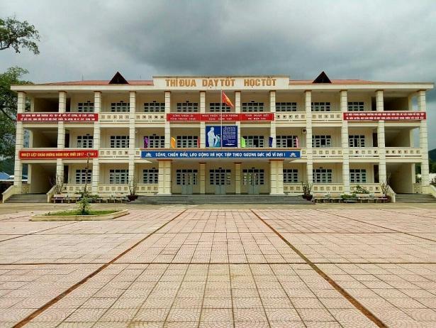 Mặc dù ở vùng sâu, vùng xa nhưng trường PTDT nội trú huyện Bình Liêu được chính quyền đầu tư, xây dựng rấ khang trang. Ảnh V.Hưng
