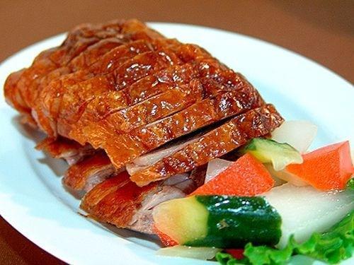 Vịt quay 7 vị: Người Cao Bằng đã dùng 7 loại gia vị khác nhau để ướp món thịt vịt tạo nên món ăn mang hương vị vô cùng đặc biệt. Sau khi quay xong, thịt vịt được chặt nhỏ ra đĩa, da vàng màu mật, rộm cánh gián. Thịt ăn chắc và ngọt, mềm nhưng không bở, cũng không dai. Mỗi khi ăn người ta phải nhai thật chậm để cảm nhận hết vị ngọt của mật ong với vị béo của dầu, vị ngọt chất của miếng thịt vịt tươi. Ảnh: Gia đình và Xã hội.