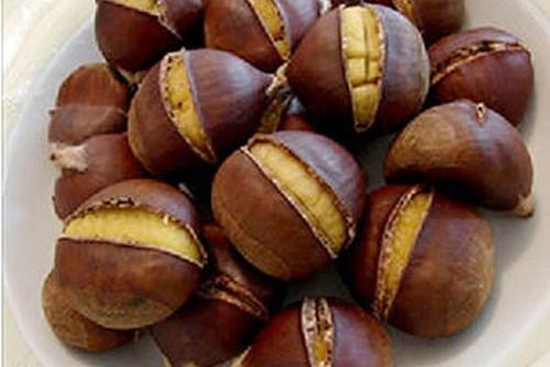 Hạt dẻ Trùng Khánh: Món đặc sản núi rừng này chỉ có ở Cao Bằng. Khách du lịch khi đến đây thường nhớ đến hạt dẻ vì nó là một loại quả thơm ngon nhất mà họ từng được thưởng thức. Hạt dẻ có vỏ cứng, dày và có nhiều lông tơ. Có thể đem luộc, hấp hoặc mang vào lò nướng chín, bạn sẽ thấy có hương thơm tự nhiên. Khi ăn hạt dẻ thơm ngon trong tiết trời lạnh, bạn sẽ có thể cảm nhận được hương vị của núi rừng đậm đà khó quên. Ảnh: Gia đình và Xã hội.