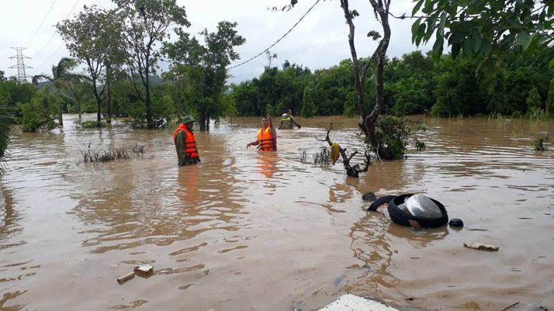 Nước lũ dâng cao, người dân và chính quyền địa phương cùng khắc phục khó khăn