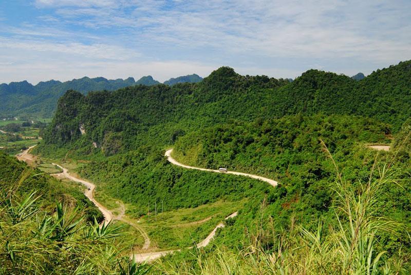 Phía Đông của đèo thuộc huyện Trùng Khánh, phía Tây thuộc địa phận huyện Quảng Uyên. Ảnh: Cao Minh.