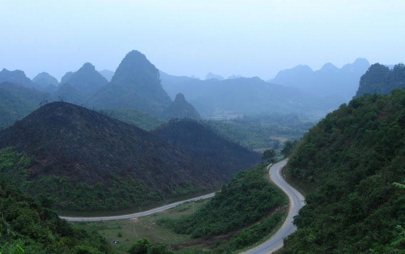 Bao quanh đèo là những ngọn núi xanh ngắt. Ảnh: Huỳnh Phúc Hưng.