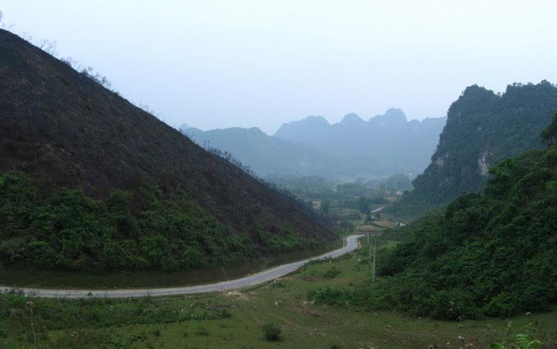 Cung đường đèo khá hiểm trở và rất nguy hiểm vào khi trời mưa. Ảnh: Huỳnh Phúc Hưng.