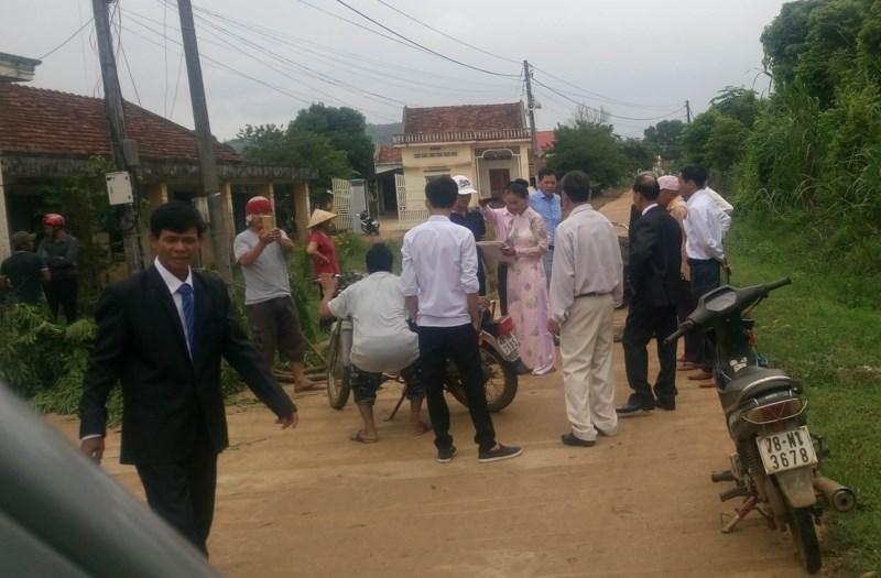 Cán bộ thôn ở Phú Yên ra đường chặn xe rước dâu để đòi nợ tiền làm đường nông thôn mới. (Ảnh do người dân cung cấp)