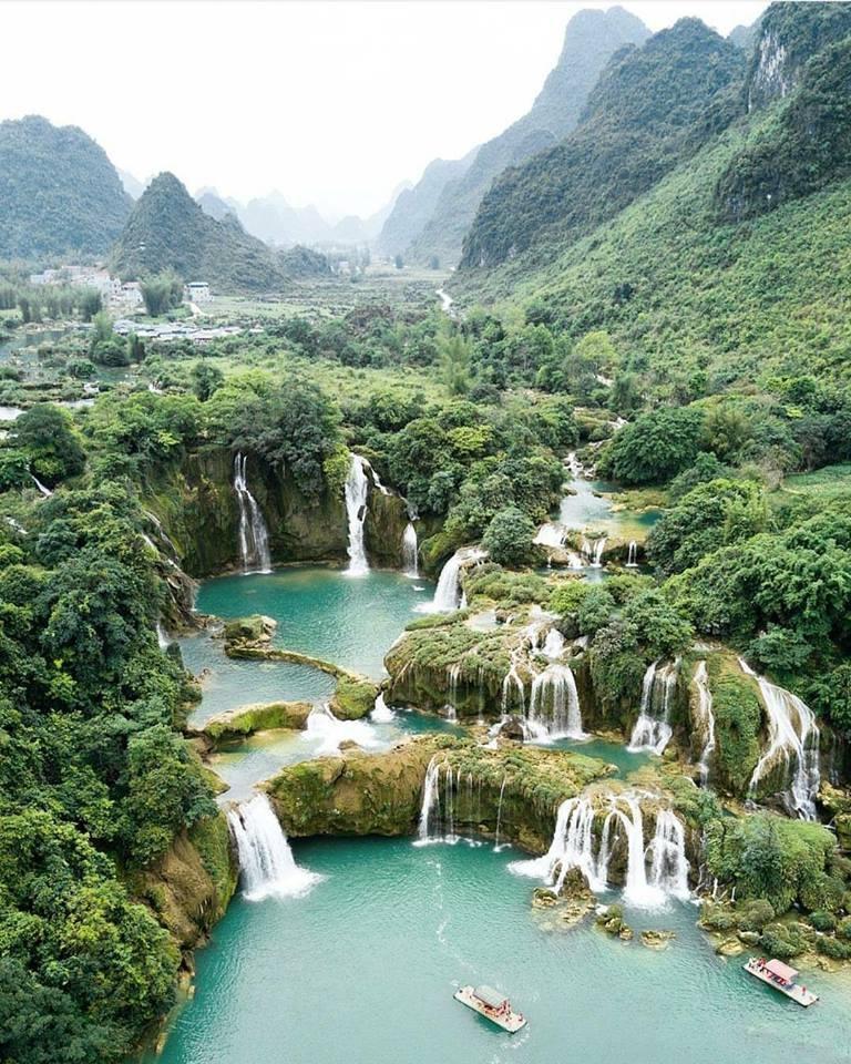 Là thác nước lớn thứ 4 thế giới, thác Bản Giốc có độ cao hơn 30m với nhiều tầng đá vôi và tài nguyên sinh học. 3 tầng thác trắng xóa cuồn cuộn chảy tạo ra một luồng nước mạnh và xiết, trông giống như bức tranh. (Ảnh: storyflow)