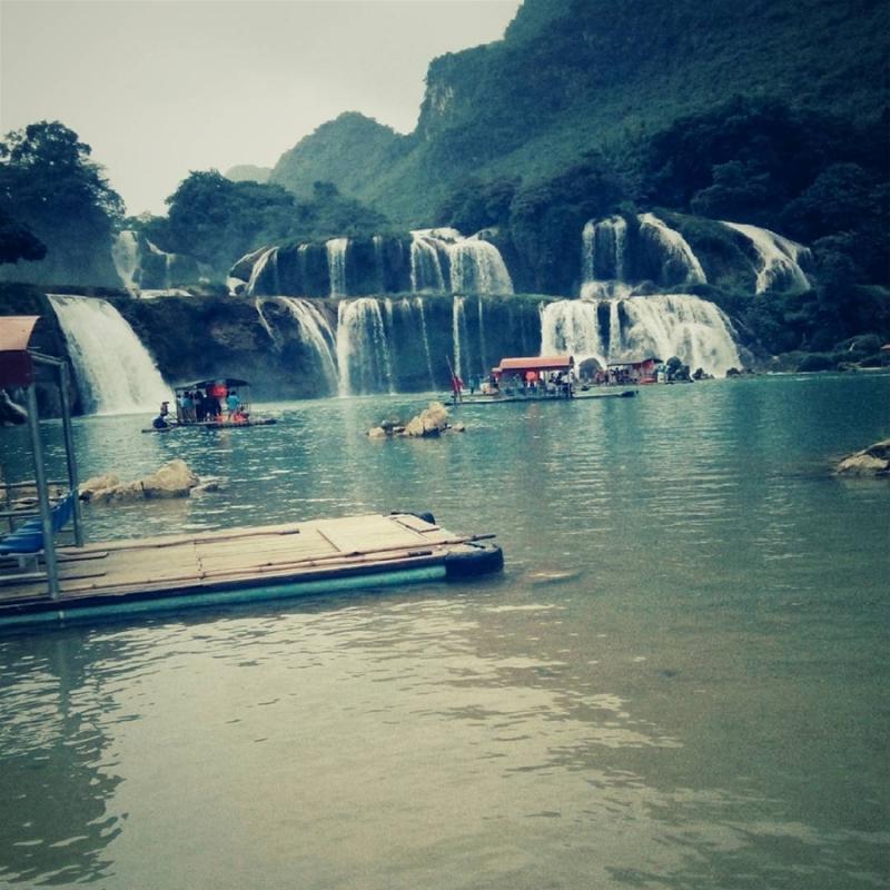 Đến với Bản Giốc, du khách có thể ngồi trên những chiếc bè nổi du ngoạn trên sông Quây Sơn, ngắm nhìn khung cảnh hữu tình nơi đây. (Ảnh: @next_out11)
