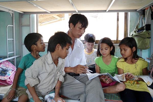 Thầy Cương dạy học cho học sinh thôn Gò Da ở nội trú