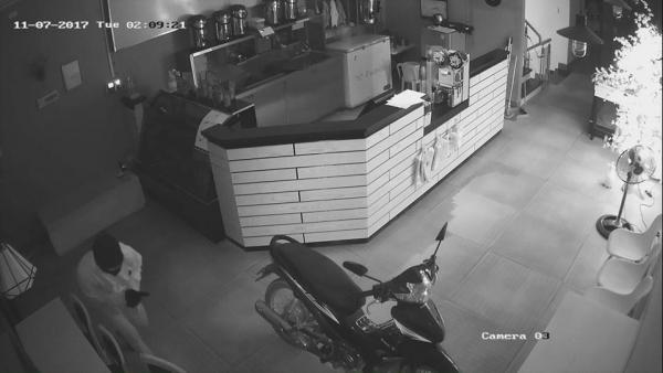 Tên trộm đột nhập vào quán trà sữa.