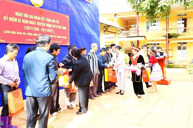 Phó Chủ tịch Trung ương MTTQ Việt Nam Trương Thị Ngọc Ánh cùng các đại biểu đảng, nhà nước trao quà tặng cho các hộ nghèo tại Xã Lương Thông, huyện Thông Nông, tỉnh Cao Bằng