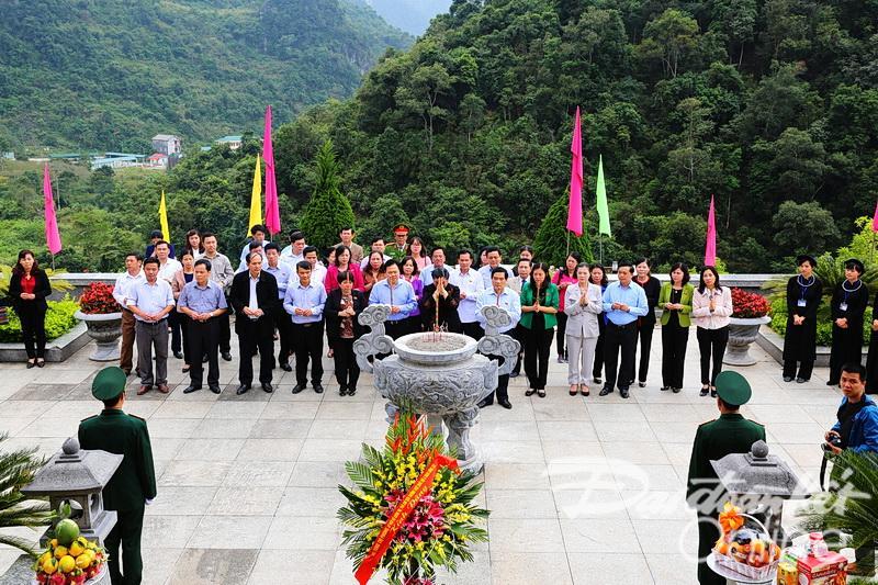 Đồng chí Tòng Thị Phóng cùng các đại biểu dâng hương lên anh linh Chủ tịch Hồ Chí Minh