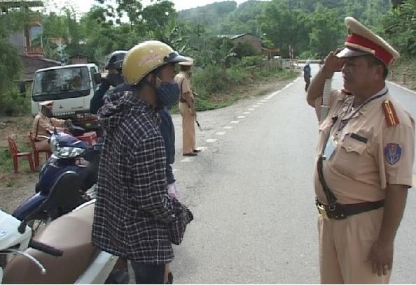Lực lượng Cảnh sát giao thông Công an huyện Hòa An tuần tra, kiểm soát và xử lý nghiêm các trường hợp vi phạm Luật Giao thông đường bộ.
