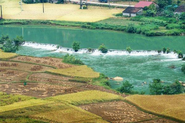 Một khúc sông Quây Sơn với dòng nước xanh như ngọc.