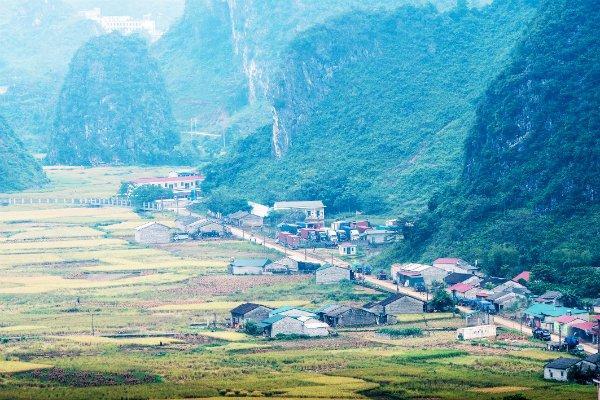 Cửa khẩu Pò Peo bên hẻm núi tả ngạn dòng sông.