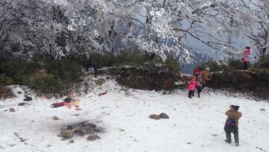 Không chỉ dân địa phương mà còn rất nhiều du kháchđãđến và trải nghiệm cái lạnh của băng tuyết đầu mùa tại đỉnh Phia Oắc.