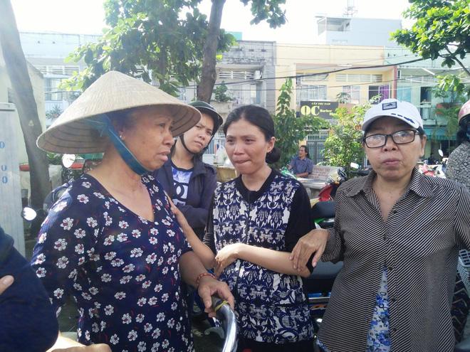 Nhiều người dân khu vực chia sẻ nỗi đau đớn với chị Tuyền.