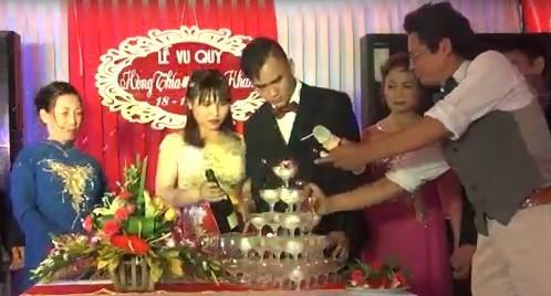 MC đám cưới còn làm bắn rượu vang vào mặt chú rể. Ảnh cắt từ clip.
