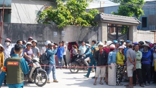 Trong khi lực lượng công an làm nhiệm vụ, hàng trăm người dân đã có mặt theo dõi khiến hiện trường trở nên náo loạn.
