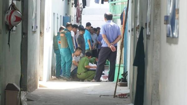 Đến 10h30 cùng ngày, việc khám nghiệm nhà trọ, tìm các bộ phận thi thể nạn nhân đang diễn ra.