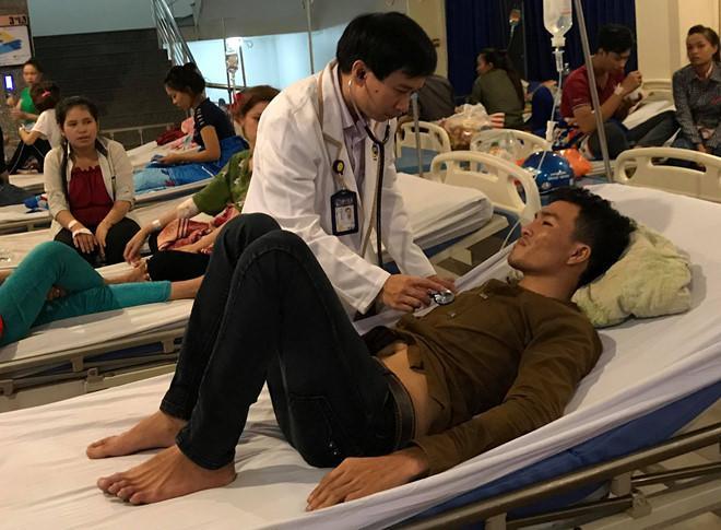 Bác sĩ khám cho các bệnh nhân. Ảnh: Thái Linh.