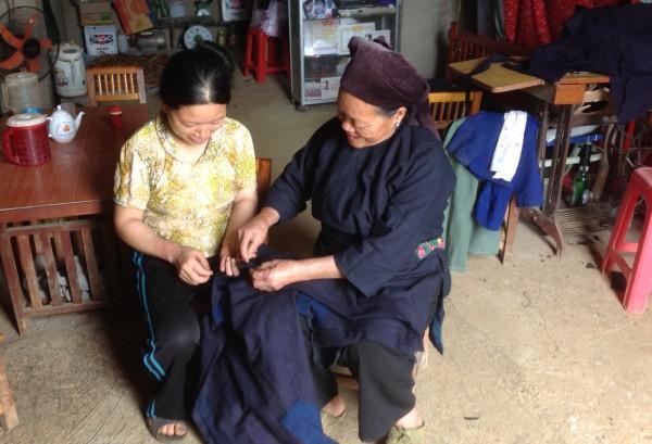 Phụ nữ xóm Táy Trên, xã Thượng Thôn khâu áo nam truyền thống của người Nùng.
