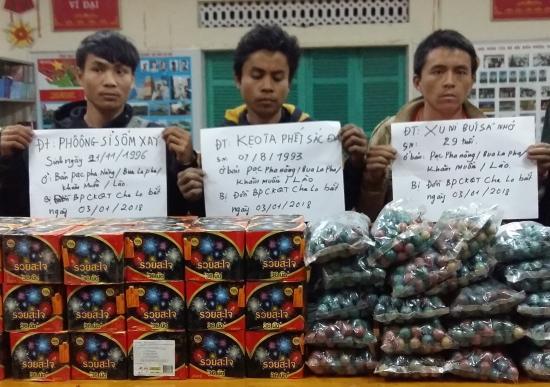 Các đối tượng cùng tang vật 64kg pháo nổ bị Đồn Biên phòng cửa khẩu quốc tế Cha Lo, BĐBP Quảng Bình bắt giữ ngày 3-1-2018. Ảnh: An Ninh
