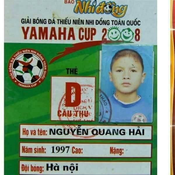 Khuôn mặt đáng yêu nhưng vẫn ra vẻ nghiêm túc của tiền vệ mang số 19 khi chụp ảnh thi đấu cho giải bóng đá thiếu niên nhi đồng toàn quốc năm 2008