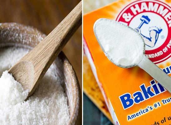 Hòa tan muối nở (baking soda) hoặc muối trắng với nước rồi đổ vào thành cống và bồn cầu để các chất thải tồn đọng được làm sạch.