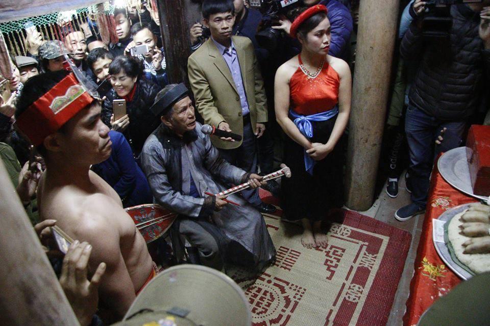 Hình ảnh anh Chiến, chị Huyền trong buổi lễ - Ảnh: Công an TP.HCM