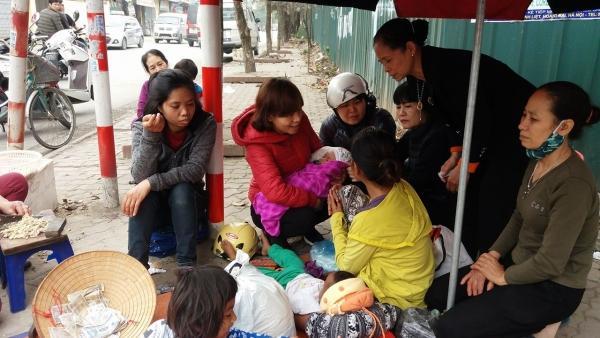 Nhiều người dân nghe tin về hoàn cảnh 5 mẹ con đã tới hỏi thăm, cho tiền, quần áo, bỉm sữa.