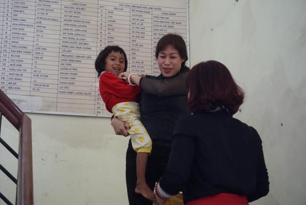 Những đứa con của chị Hương được nhiều người tắm rửa tại Trạm Y tế.