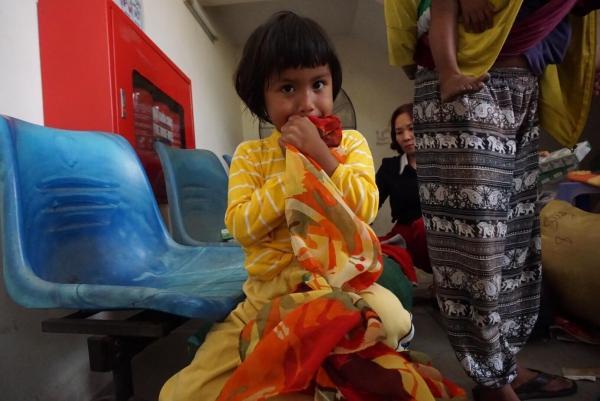 Những người con chị Hương vui mừng khi khoác những bộ quần áo mới.