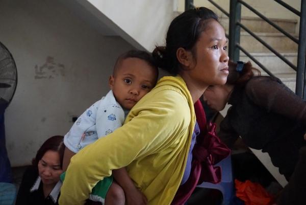 Chị Hương cho biết, gia đình quá nghèo nên ra Hà Nội để xin quần áo cho các con.