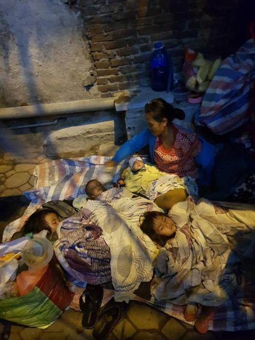 Hình ảnh người mẹ cùng 4 con nằm bên vệ đường gây xôn xao.