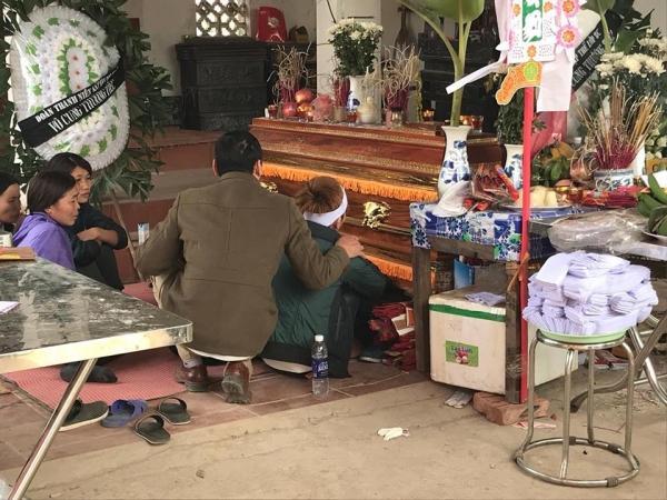 Người chồng sắp cưới của chị D. chết lặng ngồi cạnh linh cữu vợ không rời.