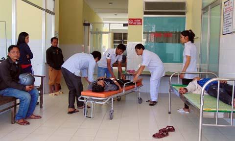 Các bác sĩ đang cấp cứu một bệnh nhân nghi ngộ độc rượu ở huyện Nam Giang