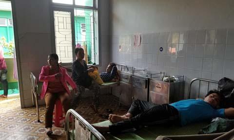 Một số bệnh nhân xã Cà Dy nghi ngộ độc rượu nằm điều trị ở bệnh viện