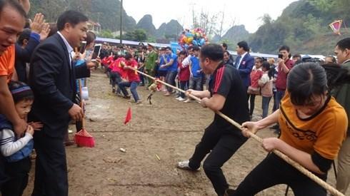 Phần thi kéo co tại Hội Pháo hoa huyện Quảng Uyên.