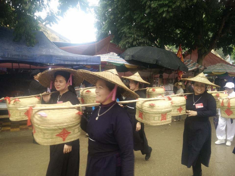 Trong ngày chính thức diễn ra lễ hội, các cụ ông, cụ bà và đông đảo nhân dân đã tập trung lại, xếp hàng đi theo đoàn kiệu rước một cách trang nghiêm, cung kính.