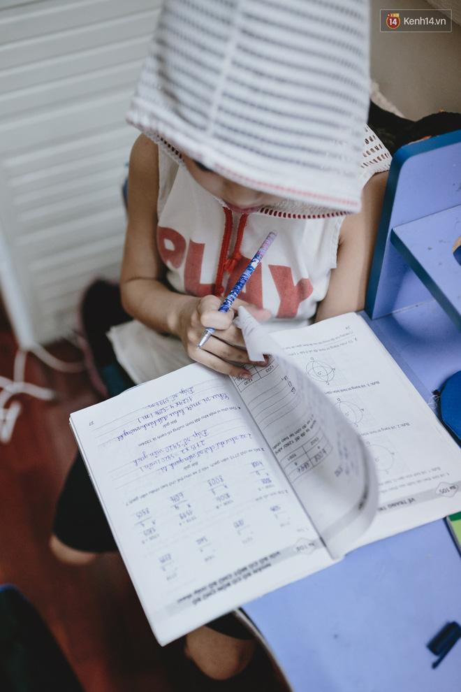Bé Minh đang làm bài tập Toán.