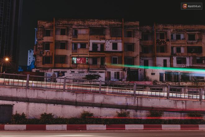 Cả khu tập thể L1 về đêm chỉ còn duy nhất 1 căn hộ vẫn sáng đèn.