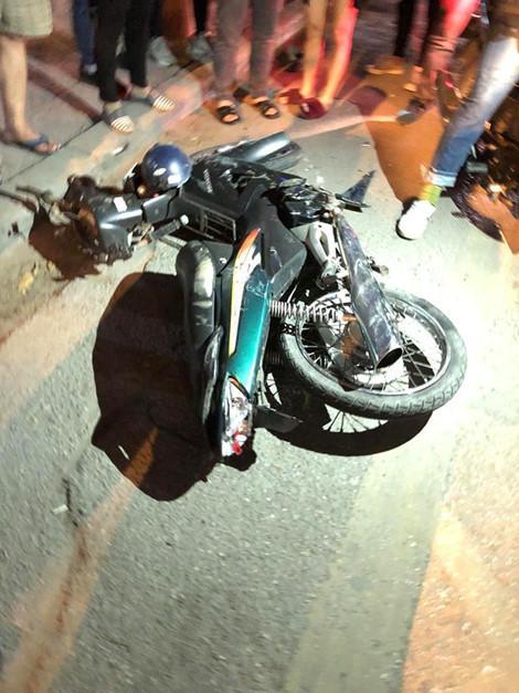 Chiếc xe máy của nạn nhân bị ô tô cán lê trước đó.