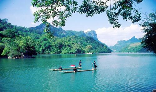 Đi thuyền trên hồ Ba Bể, nghe điệu hát Then của cô gái dân tộc Tày. Ảnh: Yong.vn