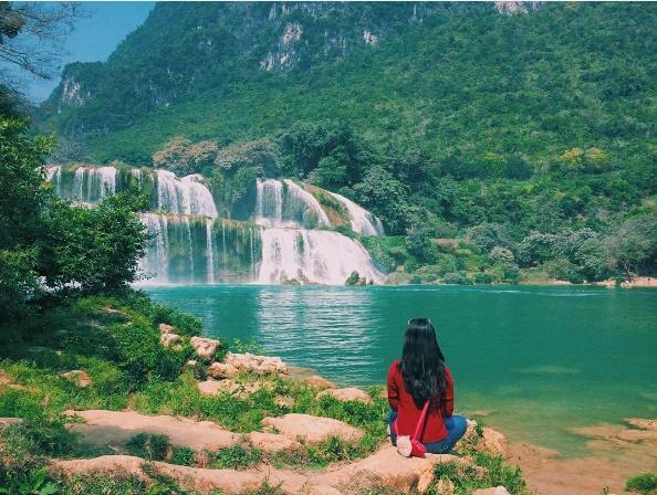 Dòng nước trong xanh say lòng du khách.