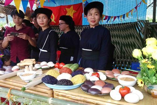 Thi ẩm thực tại Lễ hội với nhiều món ăn truyền thống đặc sắc của đồng bào dân tộc Tày Cao Bằng. Ảnh: Quốc Đạt - TTXVN
