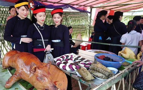 Phần thi ẩm thực tại Lễ hội với nhiều món ăn truyền thống đặc sắc của đồng bào dân tộc Tày Cao Bằng. Ảnh: Quốc Đạt - TTXVN