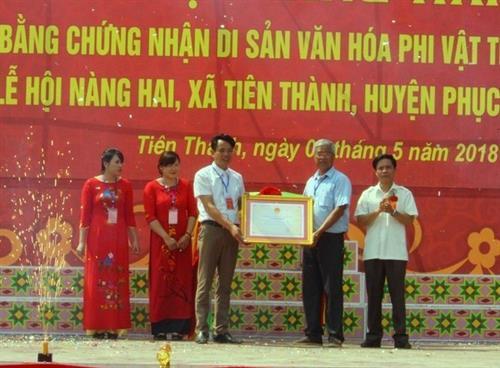 Lãnh đạo huyện Phục Hòa đón Bằng công nhận di sản văn hóa phi vật thể quốc gia Lễ hội Nàng Hai. Ảnh: Quốc Đạt - TTXVN