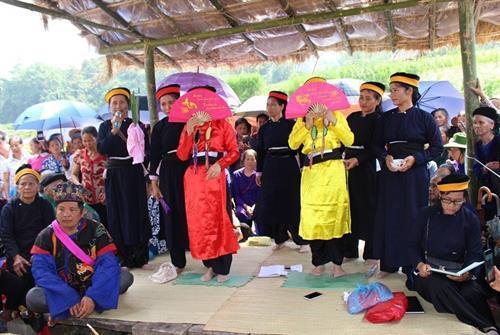 Nghi lễ hát mời các nàng tiên trên trời xuống trần vui xuân trong Lễ hội Nàng Hai. Ảnh: Quốc Đạt - TTXVN