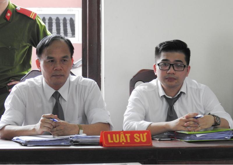 Luật sư Bùi Đình Ứng và cộng sự tại phiên tòa