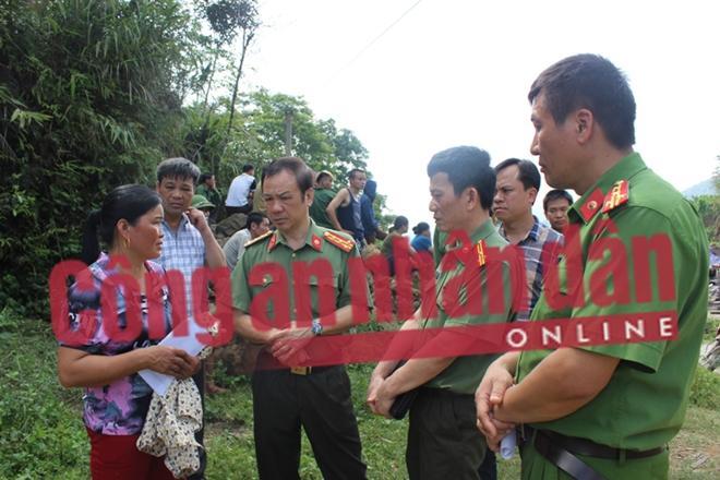 Lãnh đạo Công an tỉnh tới thăm hỏi, sẻ chia nỗi đau với gia đình các nạn nhân.